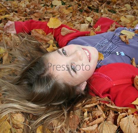 Портрет девочки на осенних листьях