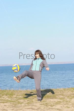 Фотография на тему Девушка в спортивном костюме играет с мячом