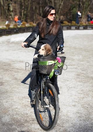 Женщина, щенок и велосипед