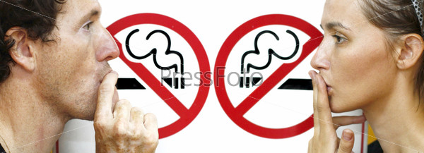 "Пара курит под знаком ""не курить"""