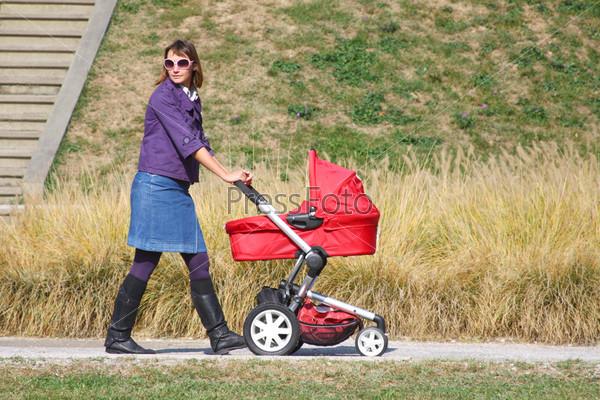 Женщина и детская коляска