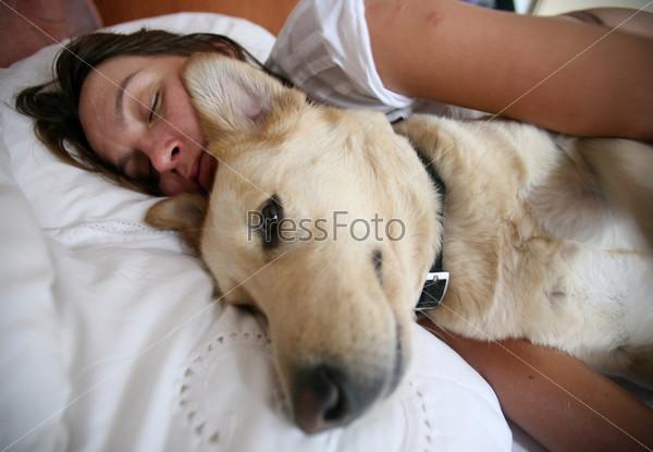 Женщина и собака в кровати