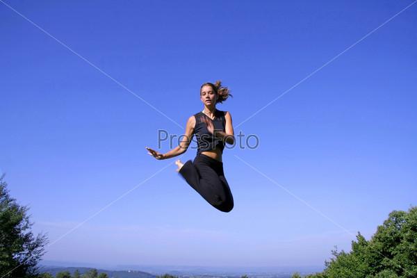 Здоровая молодая женщина прыгает от радости