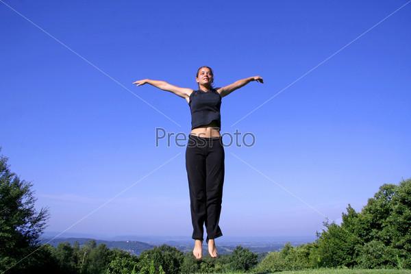 Фотография на тему Здоровая молодая женщина прыгает от радости