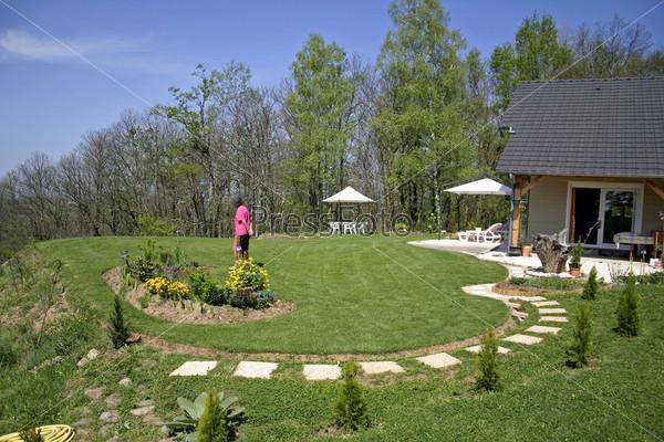 Женщина гуляет в саду