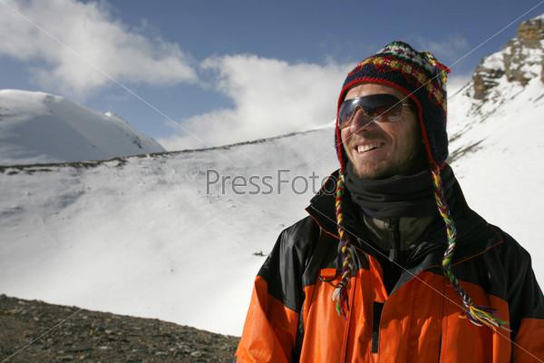 Фотография на тему Альпинист наслаждается видом, Торонг-Ла, Аннапурна, Непал