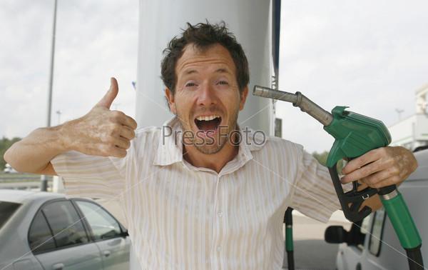 Мужчина на бензоколонке