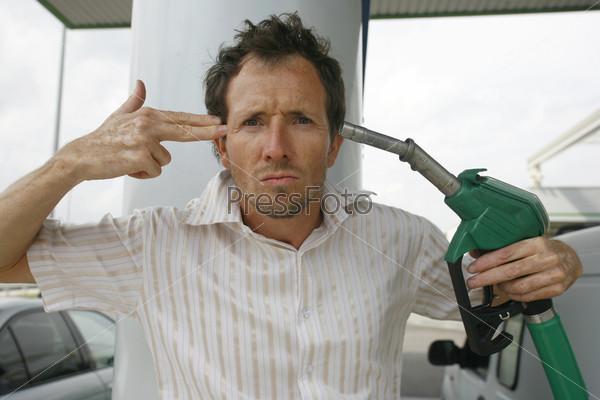 Фотография на тему Мужчина на бензоколонке