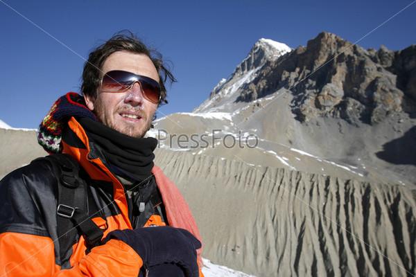 Альпинист любуются видом после подъема