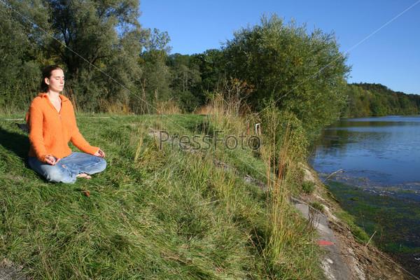 Женщина размышляет на озере