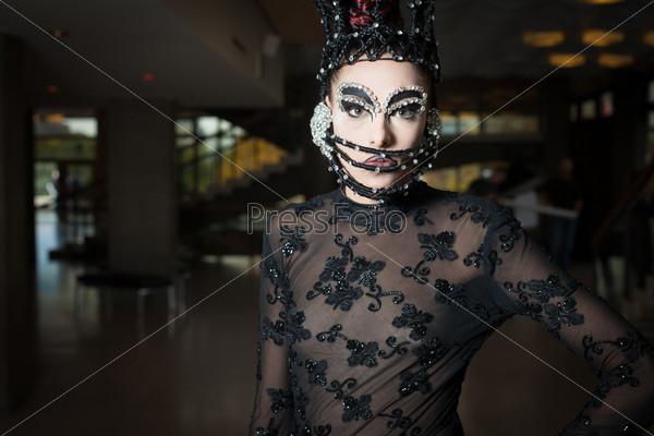 Женщина в модной одежде