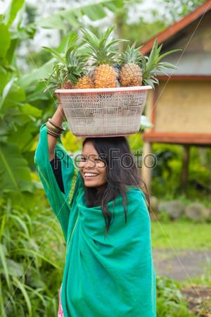 Фотография на тему Женщина с ананасами