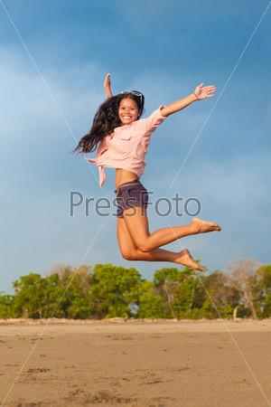 Фотография на тему Молодая женщина в прыжке