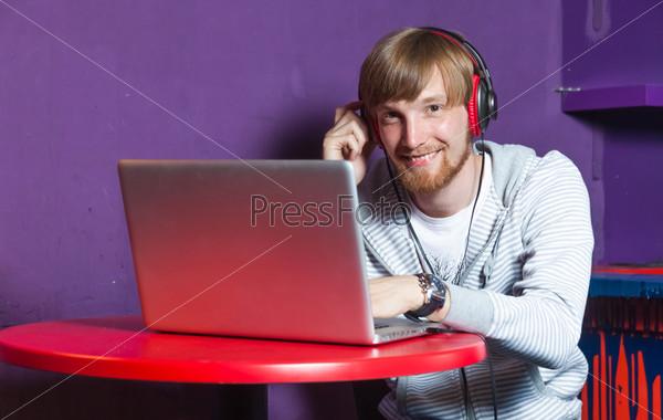 Фотография на тему Мужчина с ноутбуком