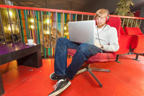 Человек с ноутбуком