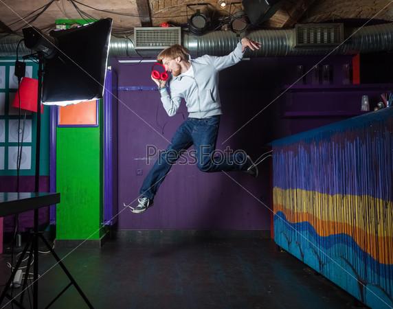 Фотография на тему Молодой человек прыгает
