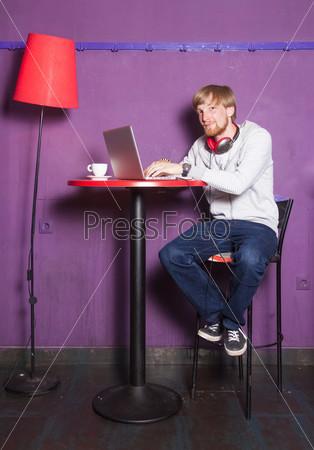 Сидящий молодой мужчина