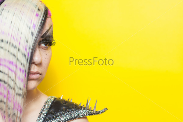 Женщина с цветными волосами