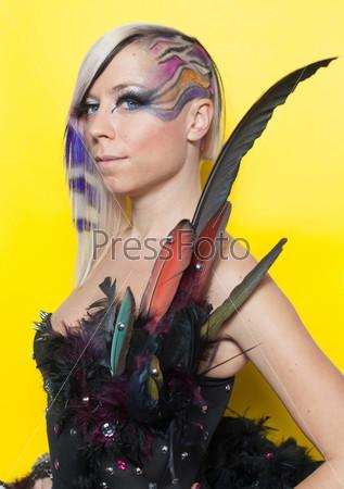 Женщина в перьях