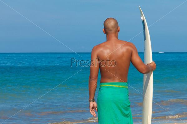 Молодой человек с доской для серфинга