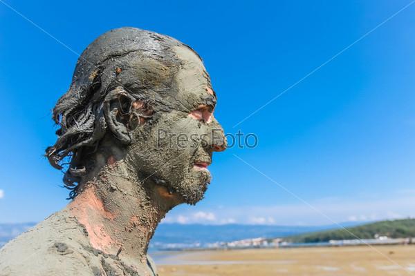 Фотография на тему Человек, обмазанный целебной грязью