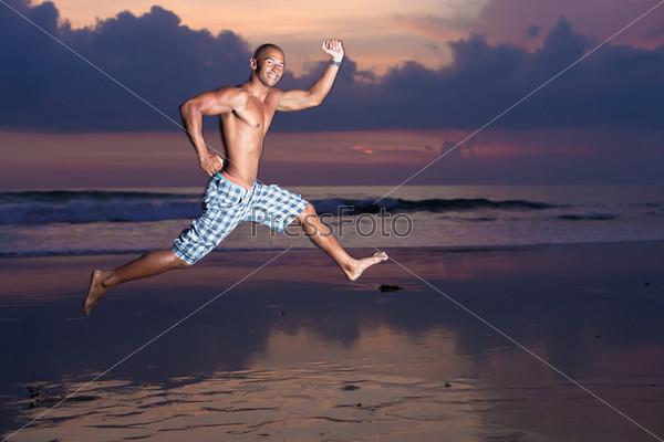 Молодой мужчина с доской для серфинга