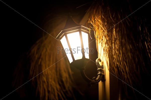 Старый фонарь ночью