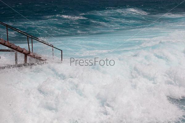 Лестница и морской шторм