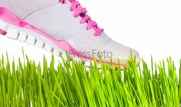 Кроссовки на траве