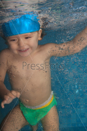 Фотография на тему Счастливый малыш прыгает в бассейне