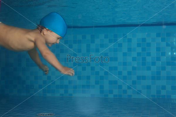 Малыш плавает в бассейне