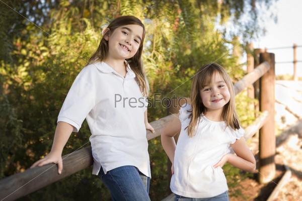 Хорошенькие молодые сестры на улице