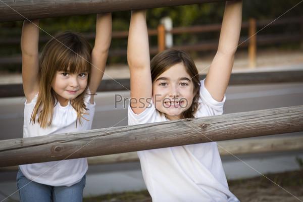 Фотография на тему Хорошенькие молодые сестры на улице