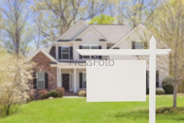 Пустой знак перед новым домом