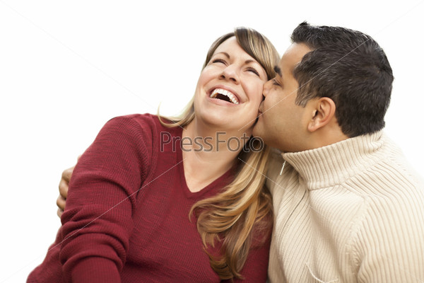 Пара целуется на белом фоне