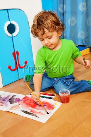 Двухлетний ребенок играет