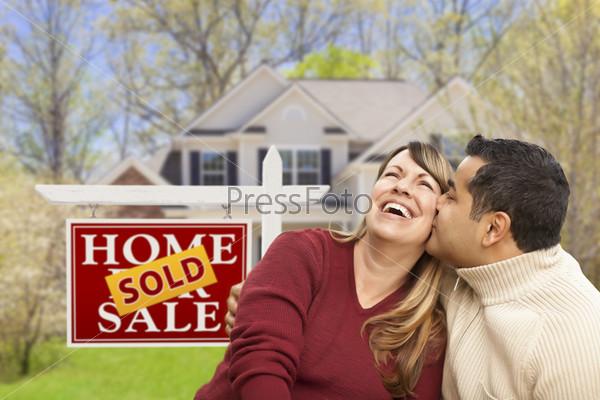Пара перед продающимся домом