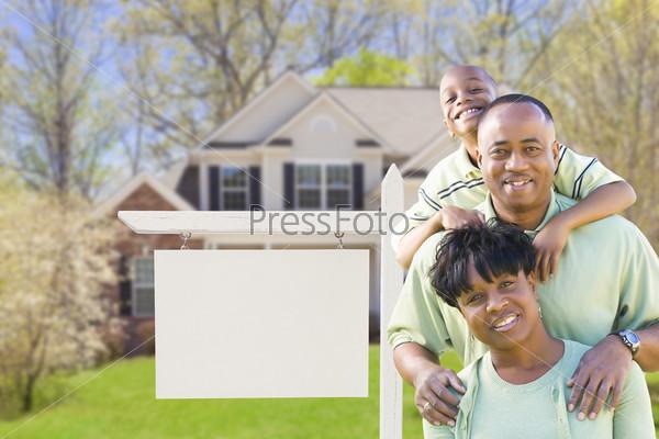 Семья перед продающимся домом