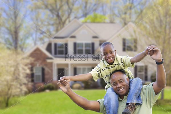 Отец и сын перед домом