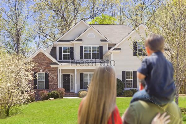 Фотография на тему Семья стоит перед домом