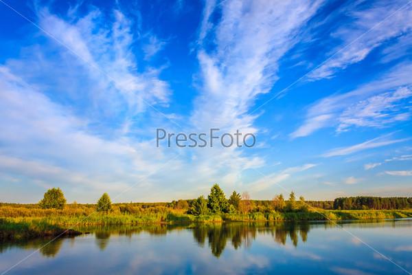 Отражение облаков на озере