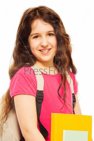 Улыбающаяся девочка держит книги