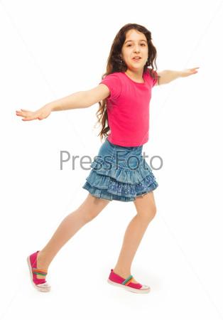 Девочка прыгает от радости