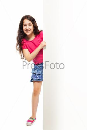 Фотография на тему Красивая девочка прячется за белым плакатом