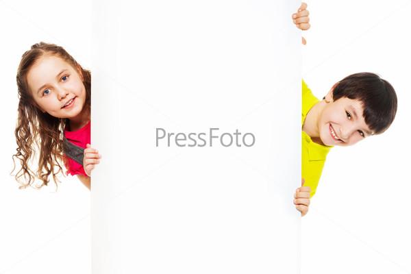 Двое детей с пустым рекламным щитом