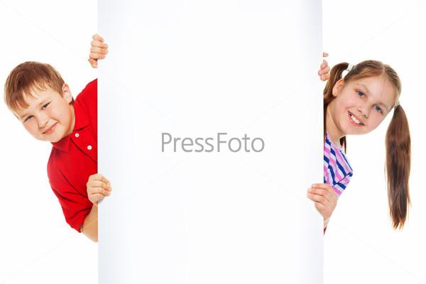 Мальчик и девочка с пустым рекламным щитом