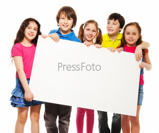 Фотография на тему Дети показывают пустой щит