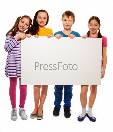 Четверо детей показывают рекламный щит