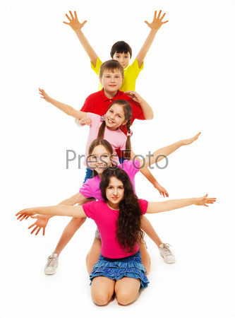 Группа детей размахивает руками