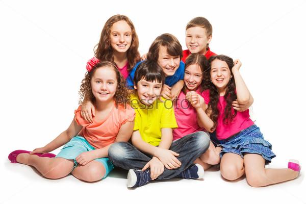 Группа счастливых детей, сидящих вместе